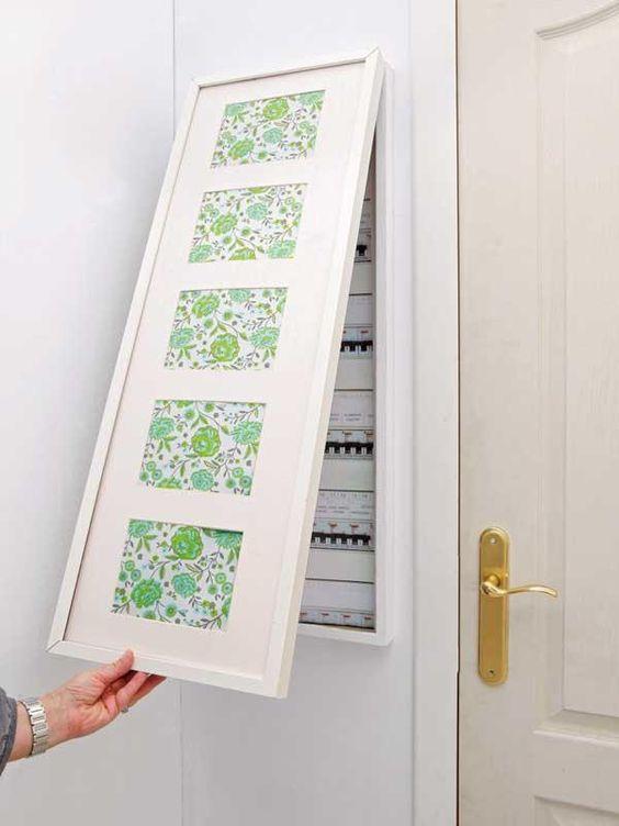 instalação elétrica - quadro de distribuição escondido em quadro decorativo