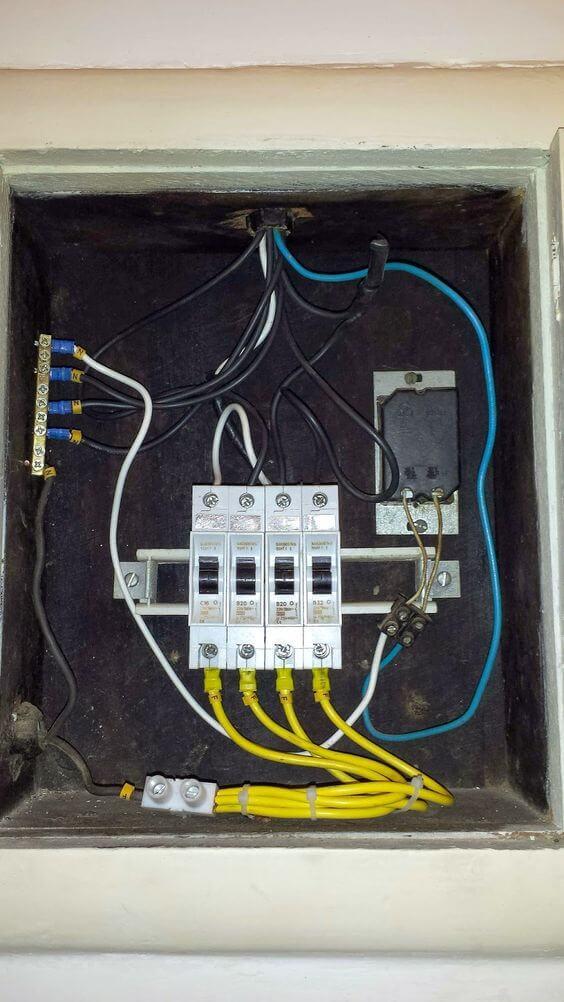 instalação elétrica - quadro de distribuição pequeno
