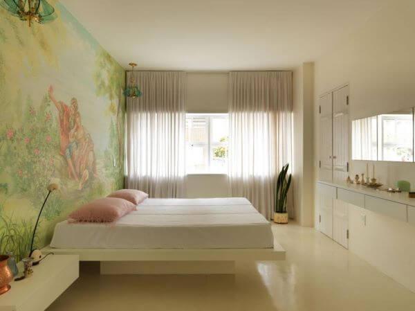 Janela para quarto de casal amplo e bem decorado