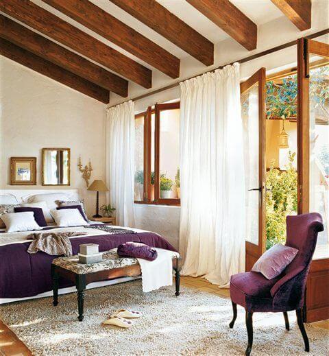 Janelas de madeira para quarto com cortina de voil