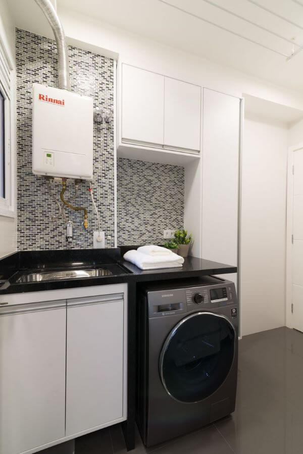 Lavadora de roupas na área de serviço