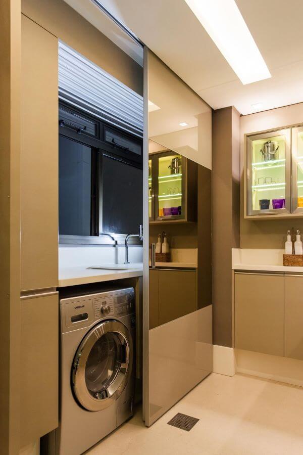 Lavadora de roupas com máquina de lavar roupa inox no ambiente