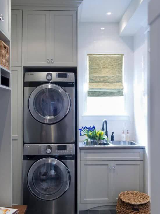 Lavadora de roupas frontal com armário de madeira