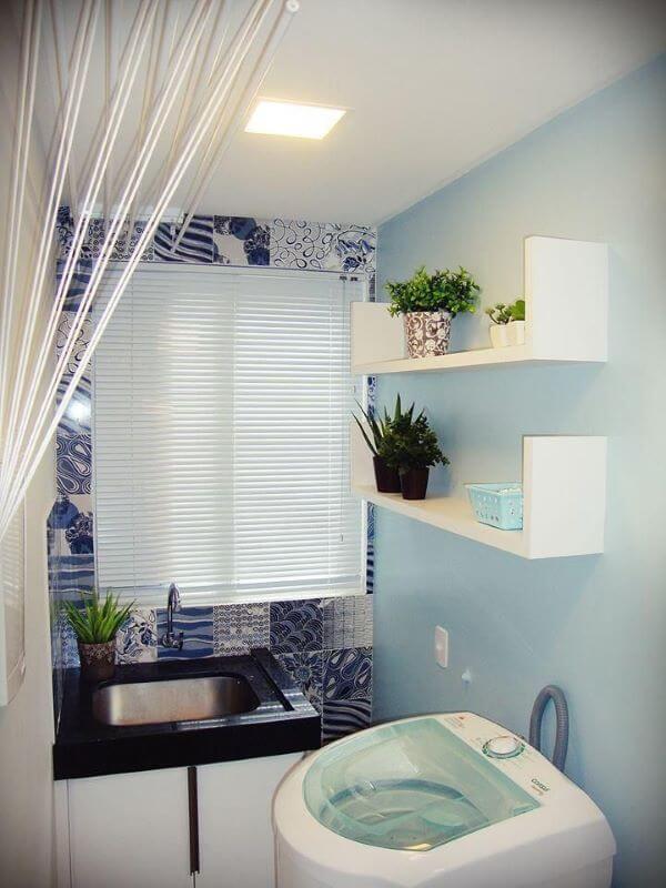 Lavadora de roupas em lavanderia azul