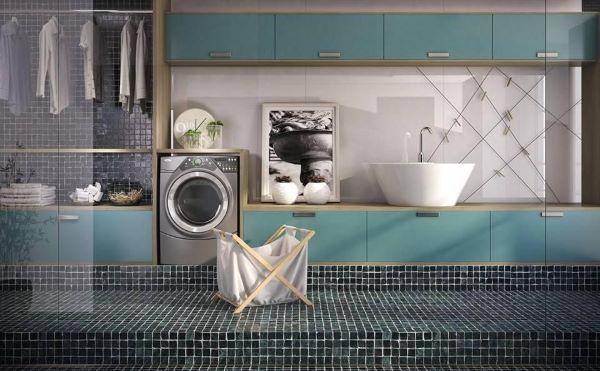 Lavadora de roupas na lavanderia com área de serviço planejada