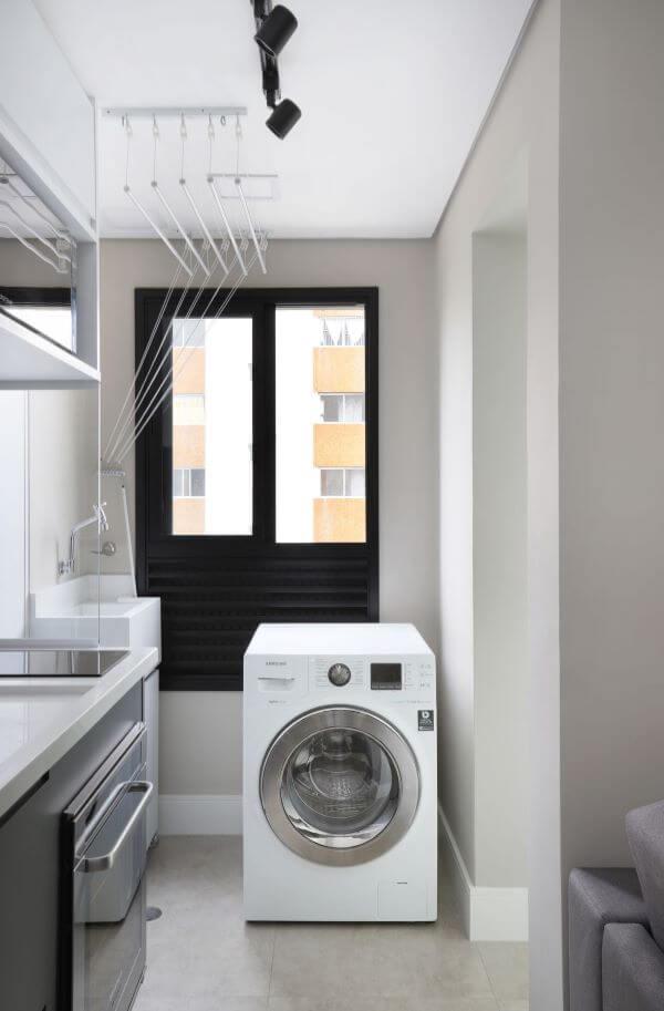 Lavanderia planejada com lavadora de roupas branca