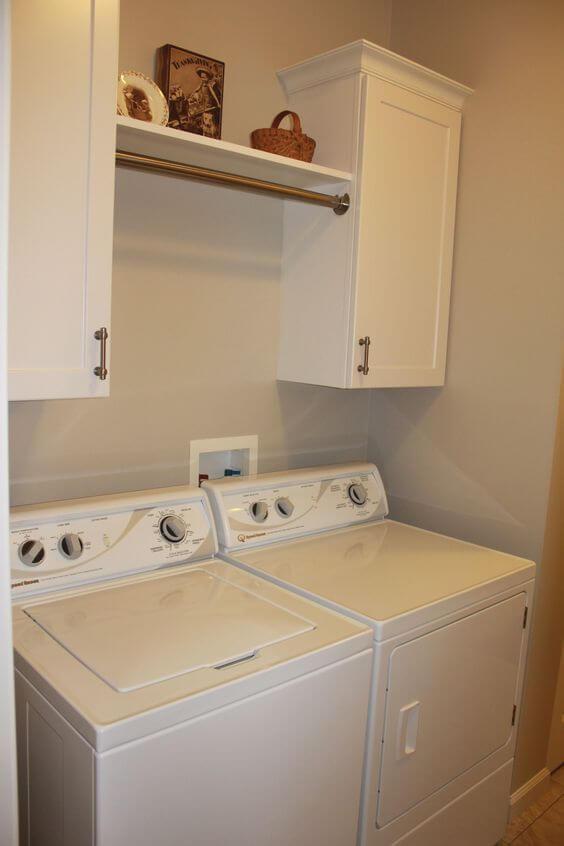 lavadora de roupas com cabideiro nos armários