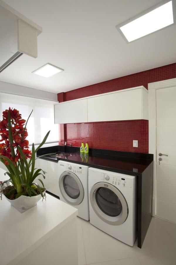 lavadora de roupas em lavandeira colorida