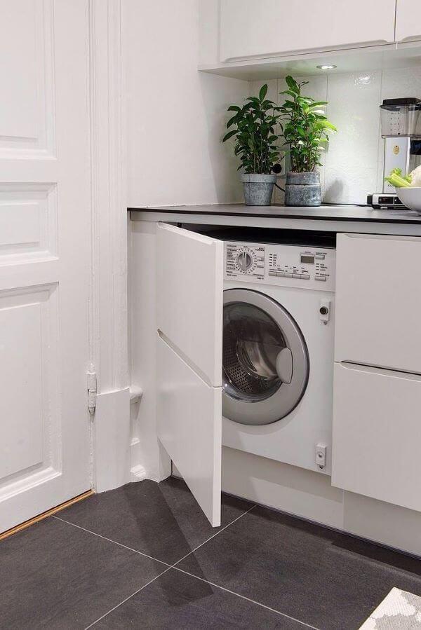 Lavadora de roupas na lavanderia em gabinete