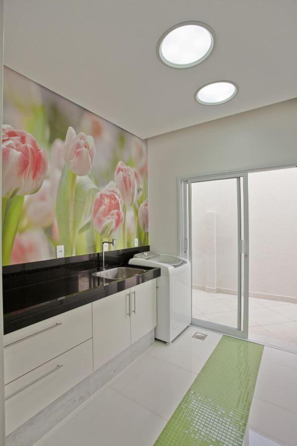 Lavadora de roupas em lavanderia com painel floral