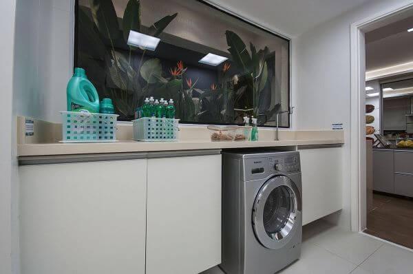Lavanderia de roupas na lavanderia com plantas