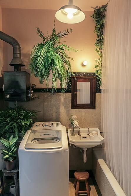 Lavadora de roupas na lavanderia com plantas