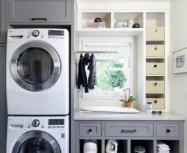 Lavanderia planejada com lavadora de roupas e secadora