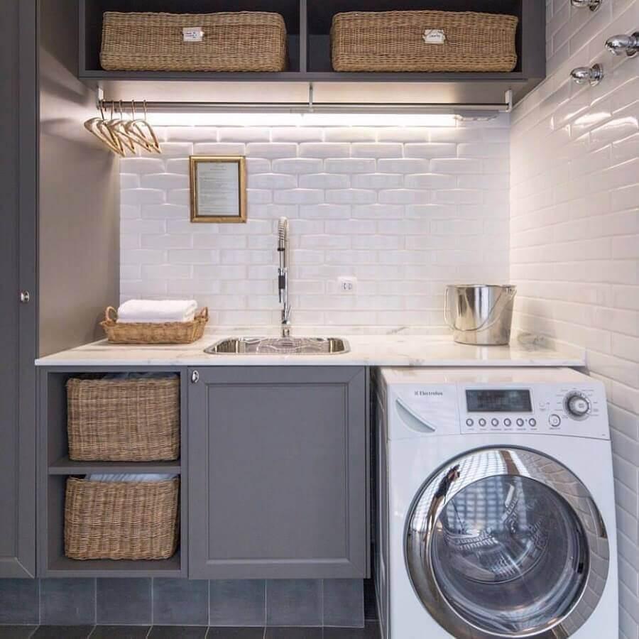 lavanderia planejada cinza com cestos organizadores e máquina lava e seca branca Foto Fabricio Cardoso
