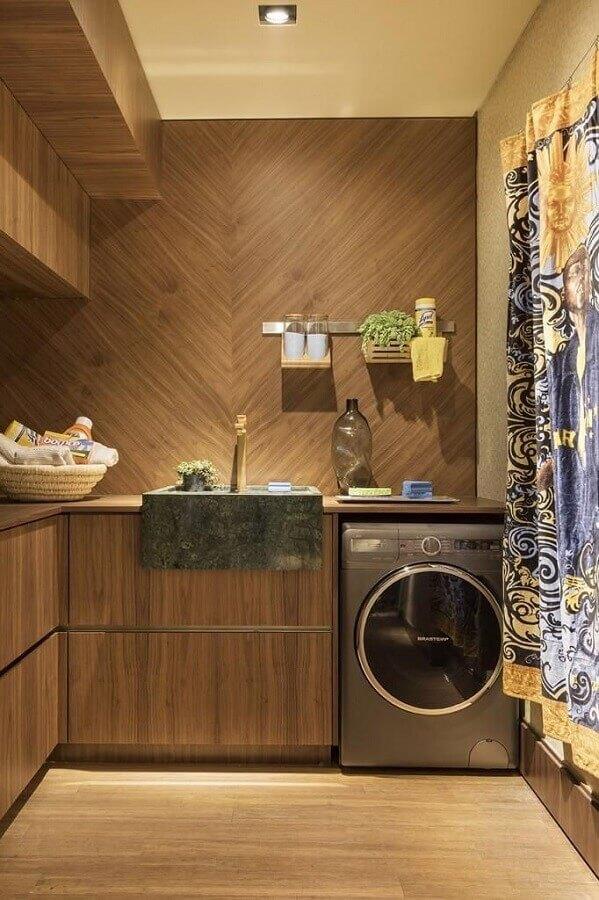 lavanderia planejada com móveis de madeira e máquina de lavar e secar inox Foto Urbano Studio