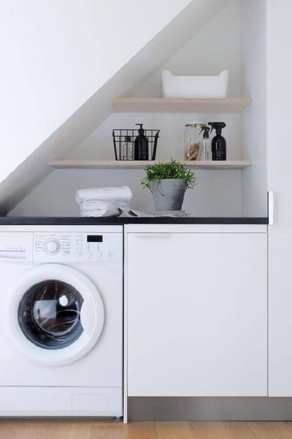 máquina de lavar e secar branca para lavanderia embaixo da escada Foto YouCanFind