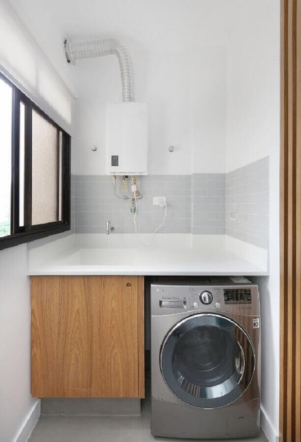 máquina de lavar e secar inox para lavanderia pequena com armário de madeira Foto ACF Arquitetura