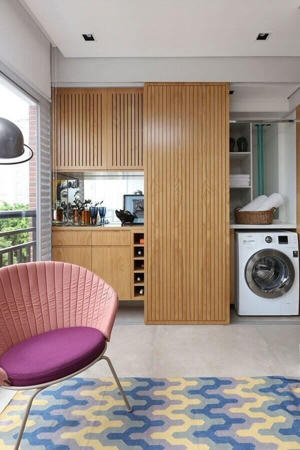máquina de lavar e secar para lavanderia em varanda planejada com porta de madeira Foto YouCanFind