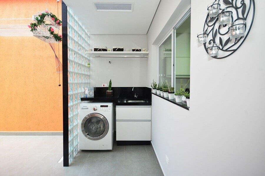 máquina de lavar e secar para lavanderia pequena com divisória de cobogó de vidro Foto Condecorar Arquitetura e Interiores