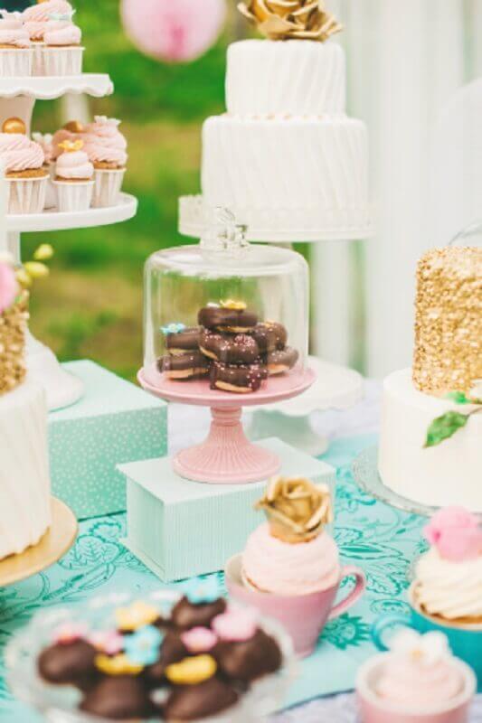 mesa de guloseimas com detalhes em dourado Foto iStock