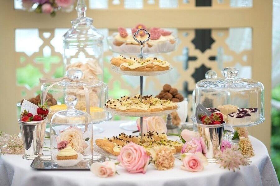 mesa de guloseimas decorada com rosas Foto Wood Save
