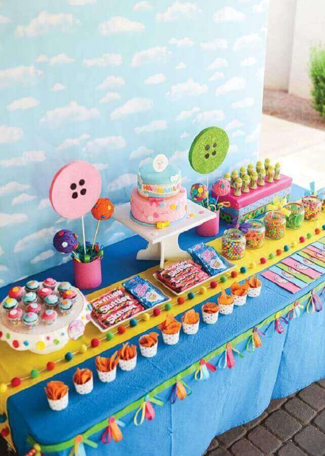 mesa de guloseimas para festa infantil com decoração colorida Foto Pinosy