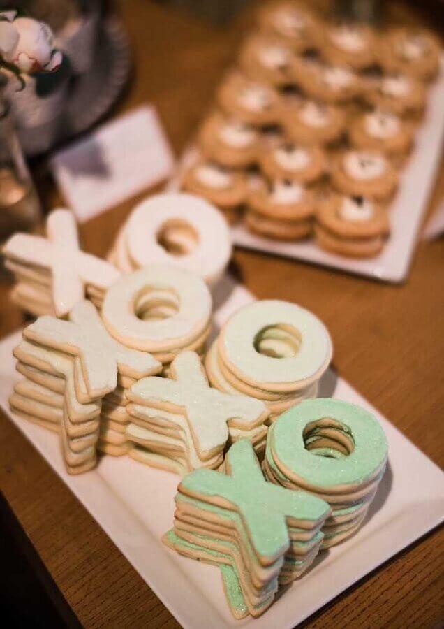 mesa de guloseimas simples com biscoito em formato de letras Foto Pinterest