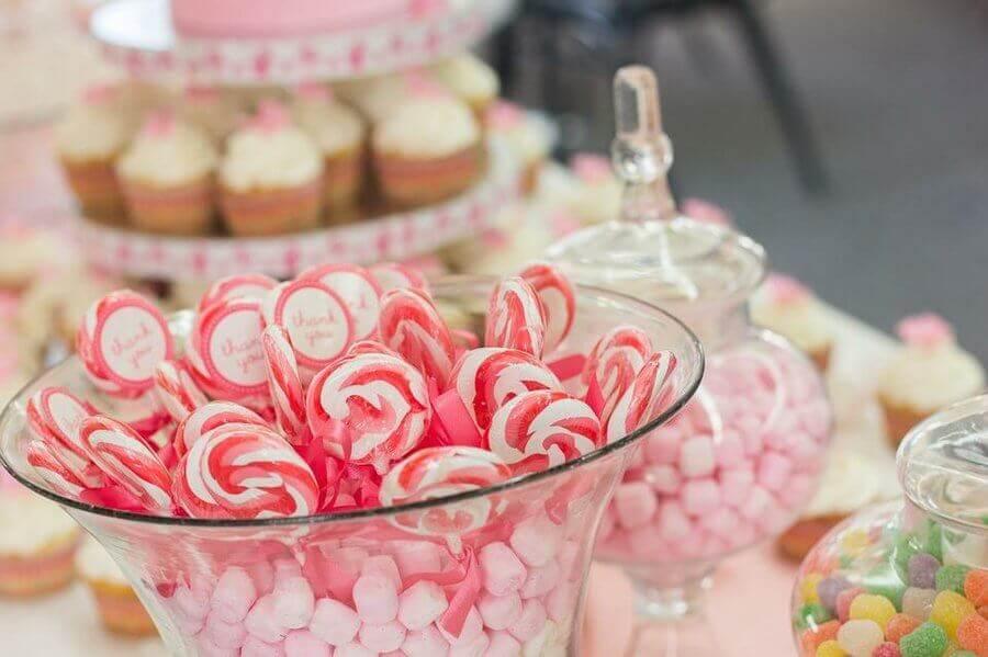 mesa de guloseimas simples com decoração cor de rosa Foto Facilisimo