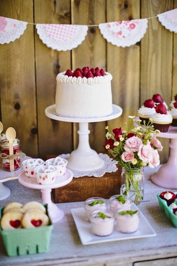 mesa de guloseimas simples e bonita com detalhes rústicos Foto Weddbook