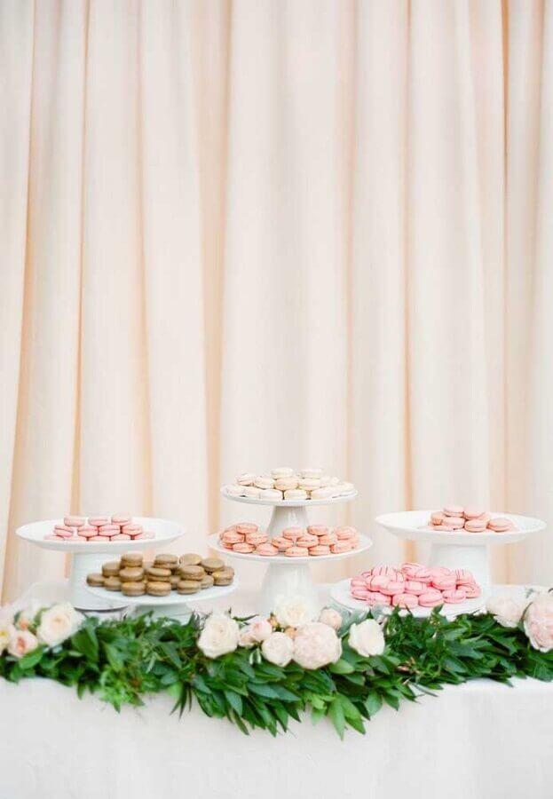 mesa de guloseimas simples e bonita decorada com folhagens e rosas brancas Foto Martha Stewart Weddings