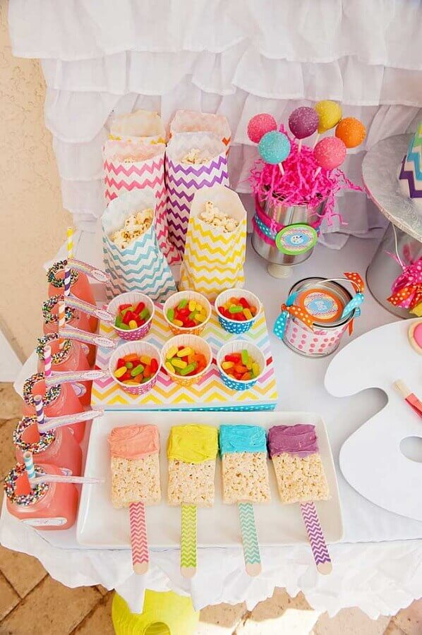 mesa de guloseimas simples e colorida Foto Ideias Decor