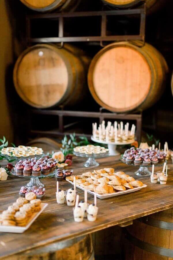 mesa de guloseimas simples e rústica Foto Pinosy
