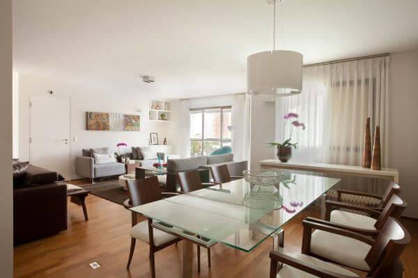 Mesa de jantar de vidro com base cromada