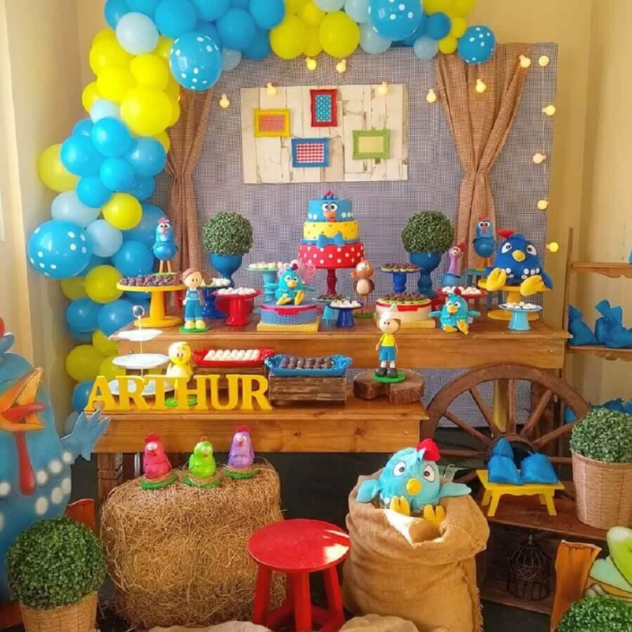 mesa decorada para festa infantil da galinha pintadinha Foto Madame Girê Decorações em Festa