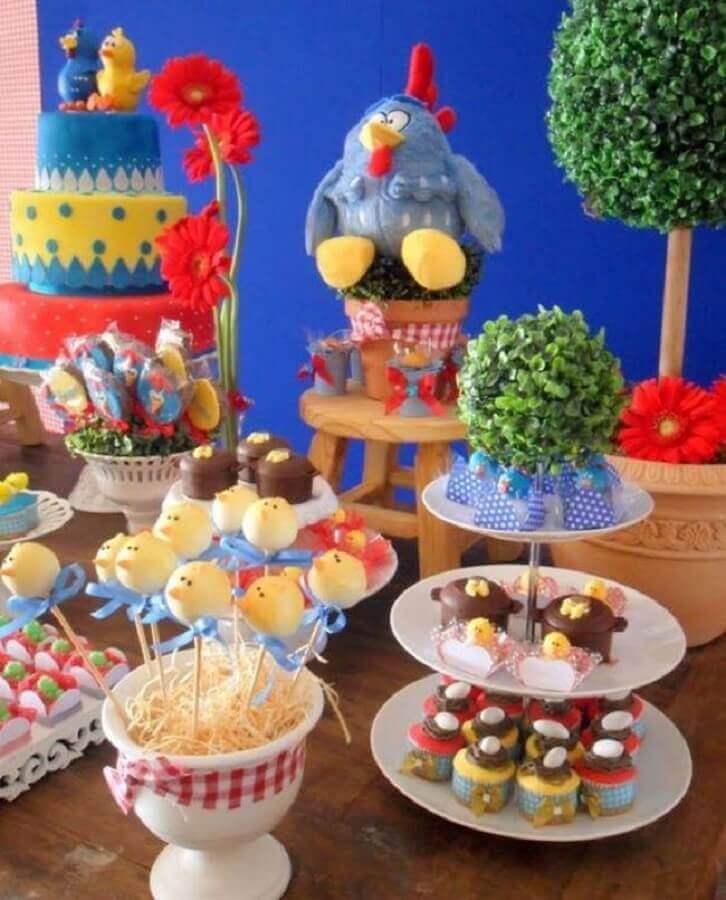 mesa decorada para festa simples da galinha pintadinha Foto Casa e Festa