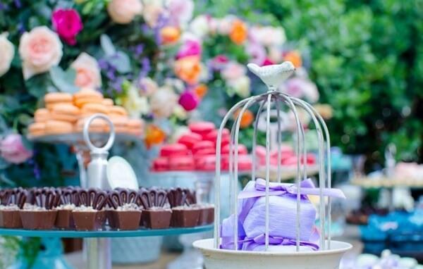 Mesa de doces decorada com gaiolas decorativas