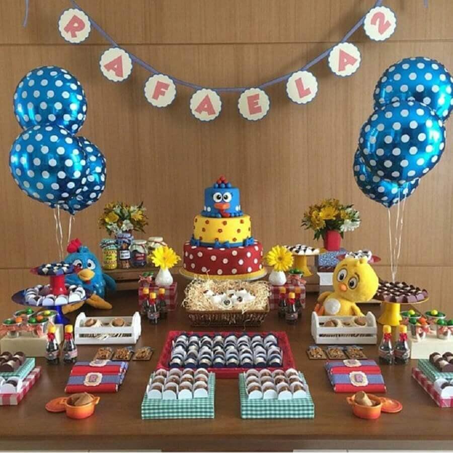 mesa para festa infantil da galinha pintadinha com decoração simples Foto Festejar com Amor