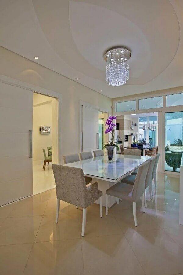 mesa para sala de jantar branca e sofisticada decorada com lustre de cristal Foto Aquiles Nicolas Kilaris