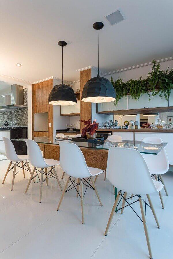 mesa para sala de jantar moderna decorada com grandes luminárias pendentes pretas Foto Marcia Acaro