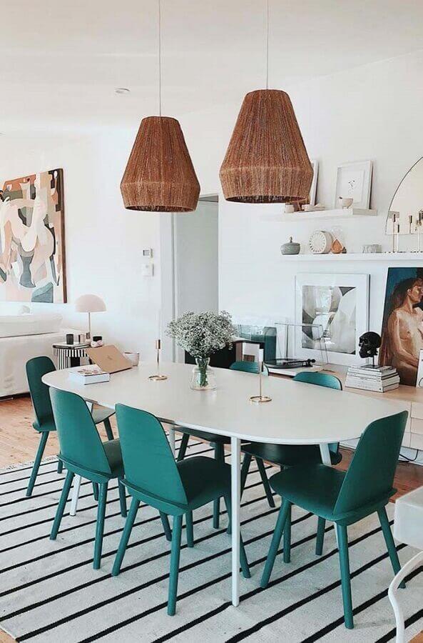 mesa para sala de jantar moderna decorada com tapete listrado e lustre rústico Foto Architecture Art Designs