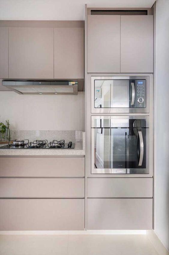 microondas espelhado - cozinha com granito branco