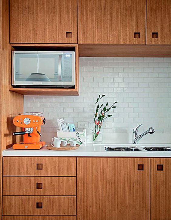 microondas espelhado - cozinha com móveis de madeira