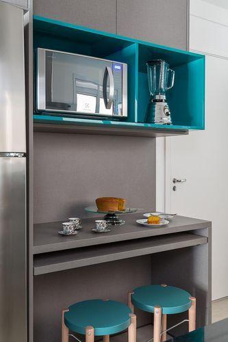 microondas espelhado - cozinha com nichos turquesa