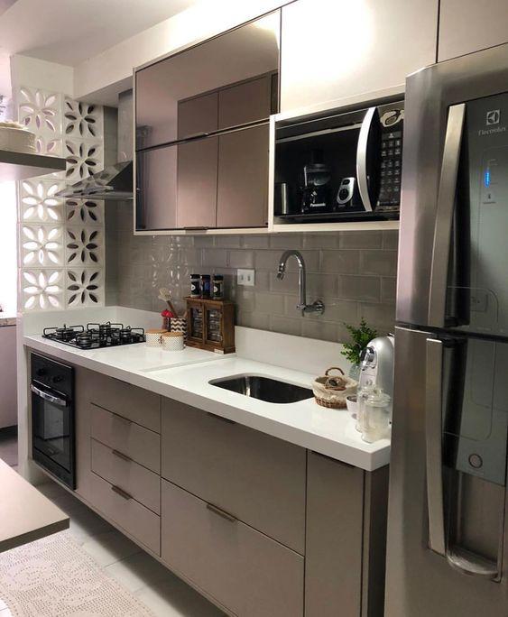 microondas espelhado - cozinha compacta com tijolinhos