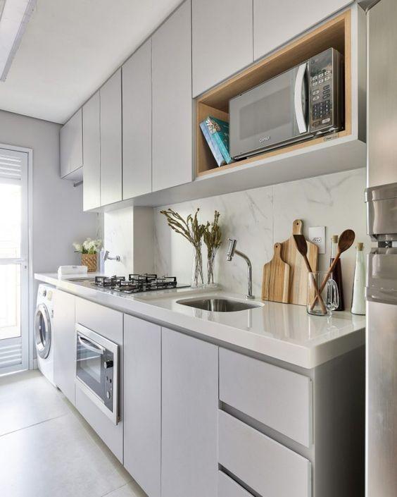 microondas espelhado - cozinha planejada com bancada branca