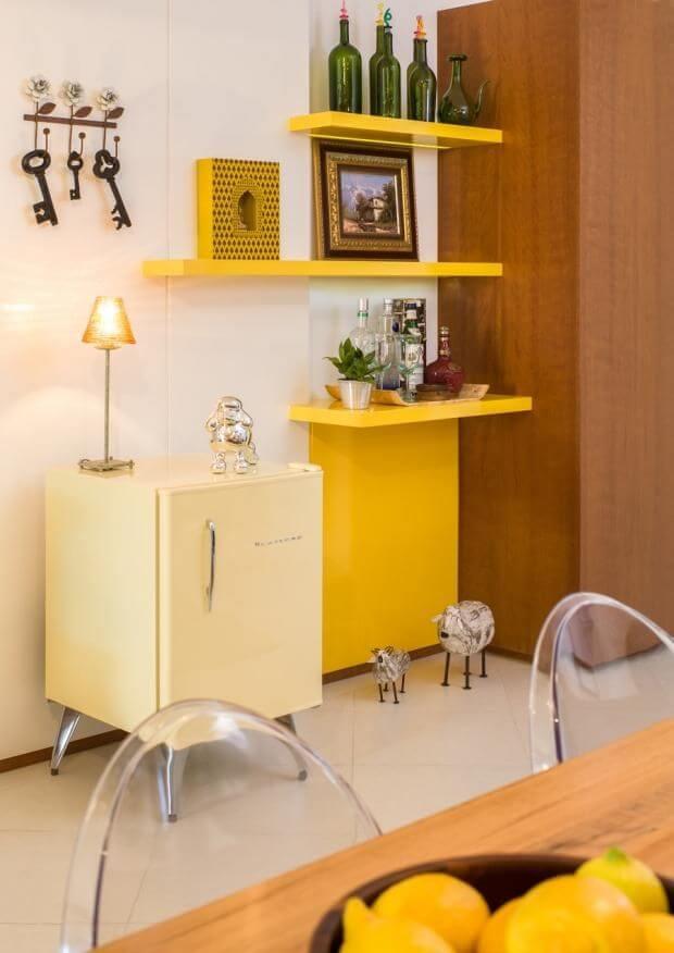 Mini geladeira retrô amarela