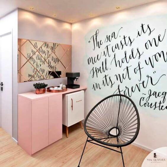 Sala de estar com mini geladeira retrô branca