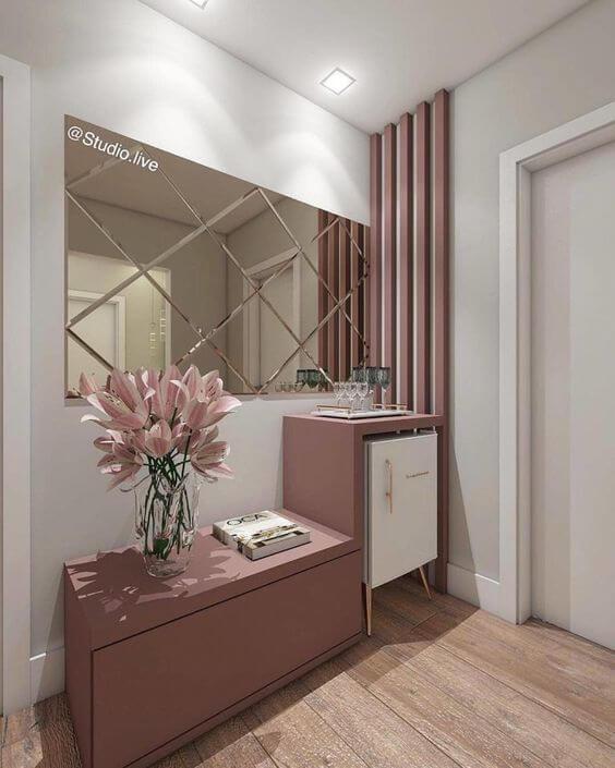 Sala de estar com mini geladeira retrô branca no aparador