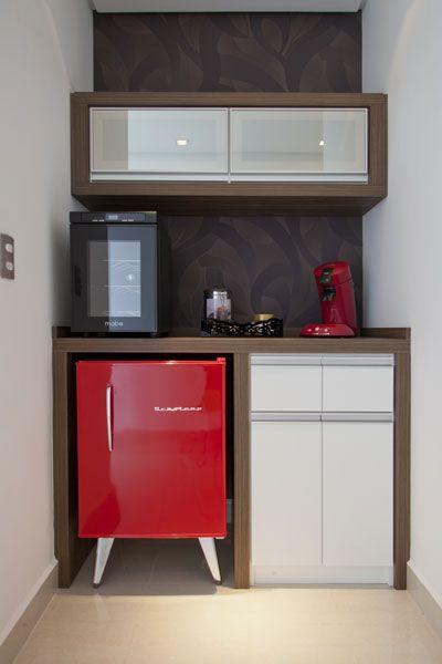 Cantinho do café com mini geladeira retrô vermelha