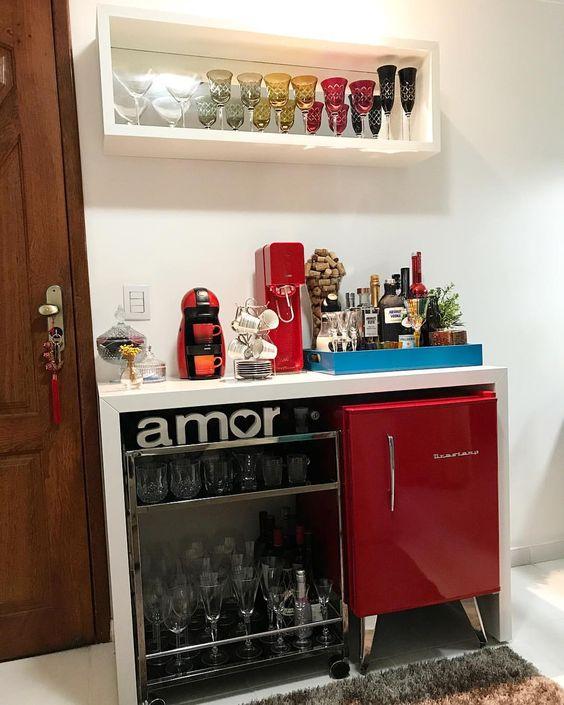 Mini geladeira retrô vermelha